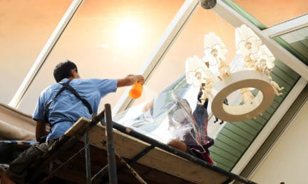 Některá okna museli navrhovat lidé, kteří nikdy okna nemyli, jinak si to nelze vysvětlit jak je má běžný člověk umývat