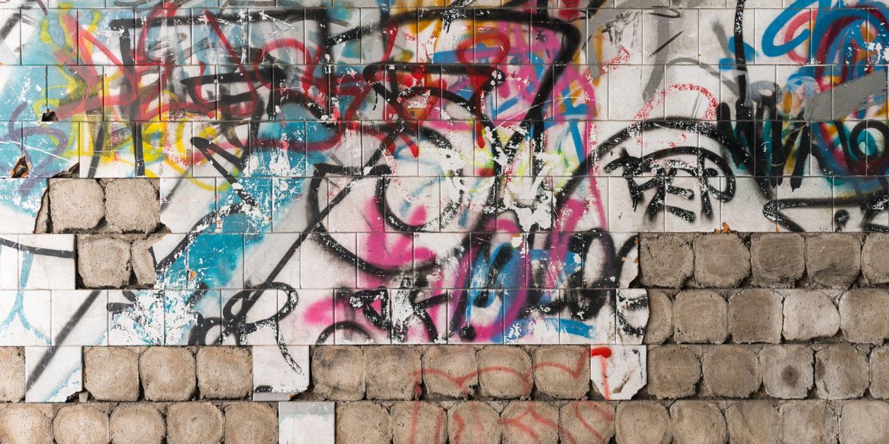 """Kluci posprejovali chodbu uvnitř základní školy, """"Čištění, mytí graffiti Brno"""" vše vyřešilo"""