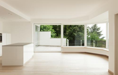 Na odstranění polepů, samolepů je potřeba odborný přístup, pokud si okna, výlohy nechcete poškrábat